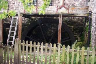web water wheel.jpg (17920 bytes)